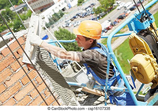 Un yesero de fachada en el trabajo - csp16107338