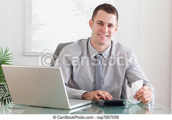 Hombre de negocios sonriente comprobando una factura - csp7657039