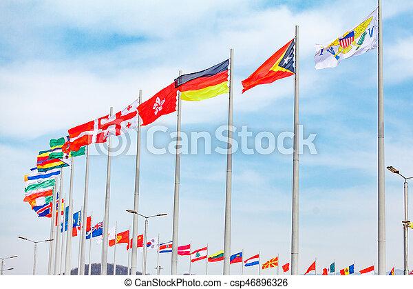 Flaggen von Ländern. Verschiedene Länder auf dem Fahnenmast - csp46896326
