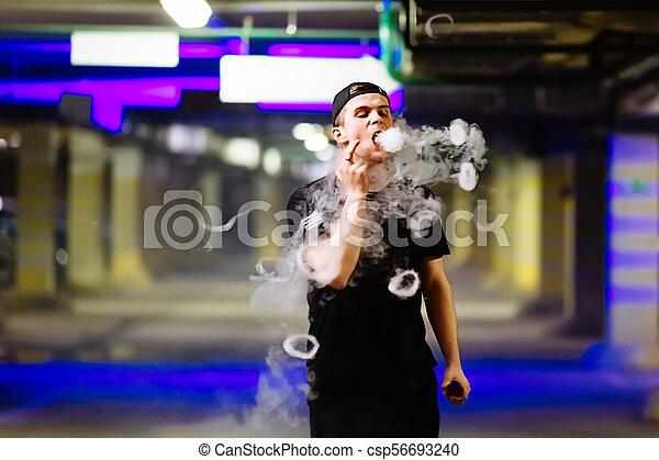 fajta, előadó, elhomályosul, elengedés, szivárog, sapka, cigaretta, különféle, dohányzik, vaping, gőz, elektronikus, ember - csp56693240