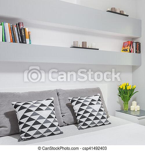 Fal, könyvespolc, hálószoba. Fal, kettes ágy, hálószoba,... stock ...