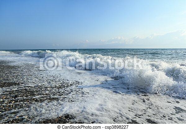 fale, szeroki wędkują, morski brzeg morza - csp3898227