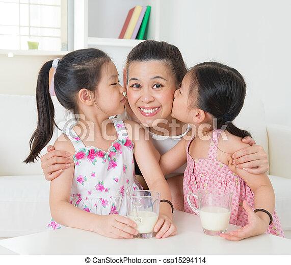 famiglia asiatica, amare - csp15294114