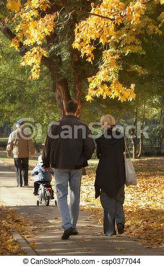 famiglia estesa, passeggiata - csp0377044