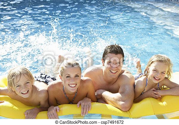 famiglia, giovane, insieme, divertimento, detenere, stagno - csp7491672