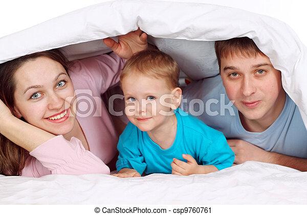 Familia feliz mintiendo - csp9760761