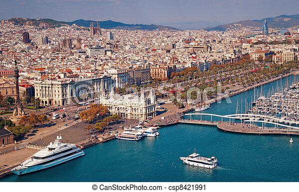El horizonte de Barcelona, la sagrada familia y torre agbar son visibles. - csp8421991