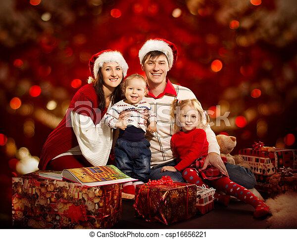 Gente Feliz En Navidad.Familia Encima Cuatro Personas Sonriente Navidad Rojo Feliz