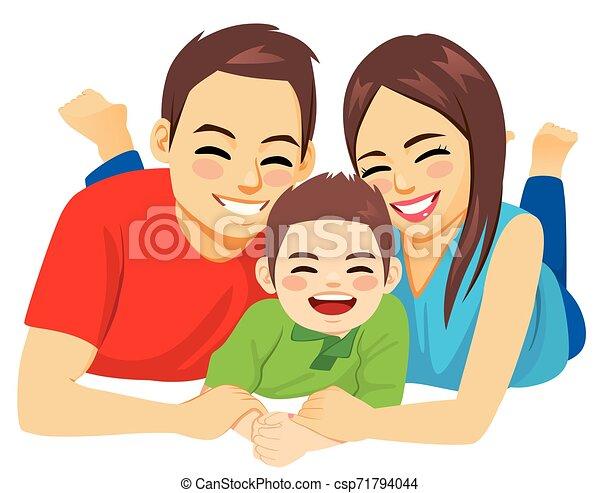 Familia feliz tirada en el suelo - csp71794044