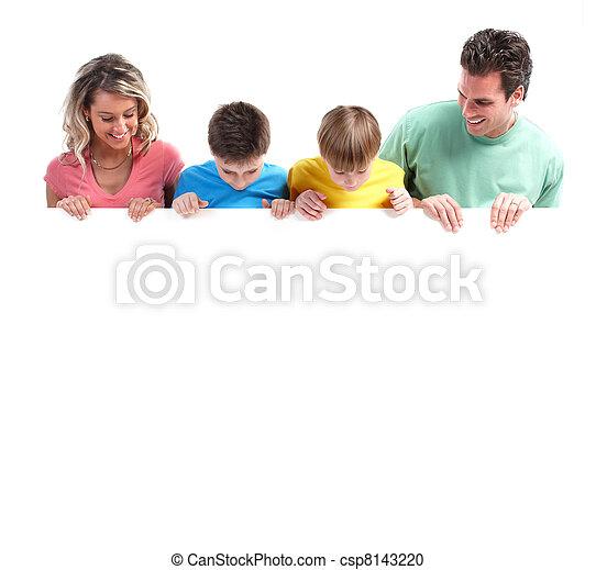 Familia feliz con pancarta. - csp8143220