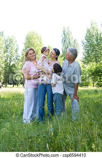 Familia feliz en la naturaleza - csp6594410