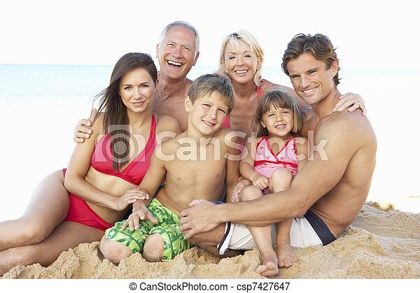 Retrato de tres generaciones de familia en vacaciones en la playa - csp7427647