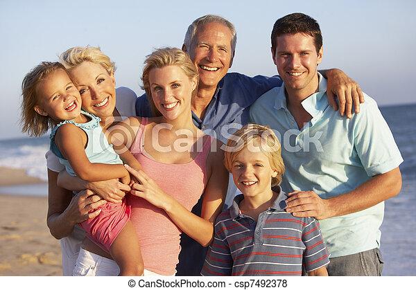 Retrato de tres generaciones de familia en vacaciones en la playa - csp7492378