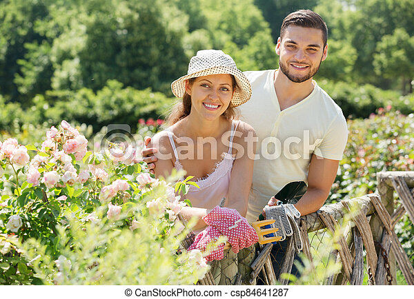 familia joven, jardinería - csp84641287