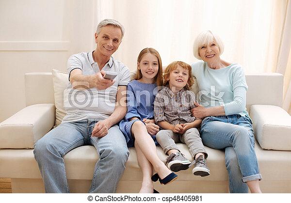 Familia vibrante positiva viendo una película juntos - csp48405981