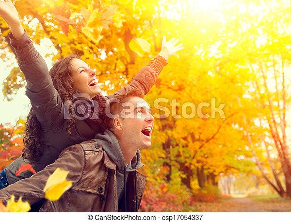 Una pareja feliz en el parque de otoño. Caída. Familia divirtiéndose al aire libre - csp17054337