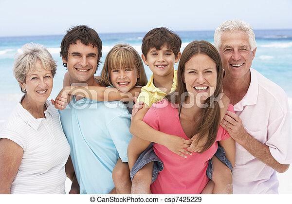 Tres generaciones de familia relajándose en vacaciones en la playa - csp7425229
