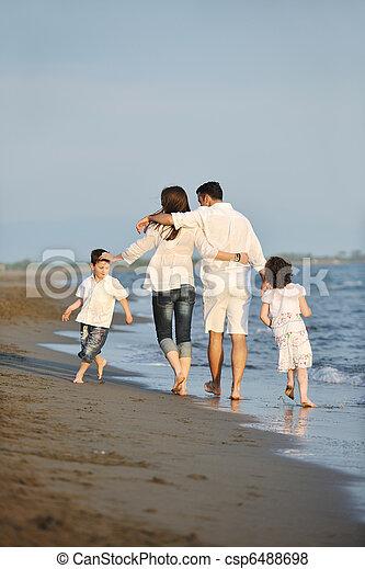 familie, junger, sonnenuntergang, haben spaß, sandstrand, glücklich - csp6488698