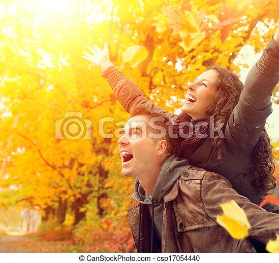 Frohes Paar im Herbstpark. Fallen. Familie hat Spaß draußen - csp17054440