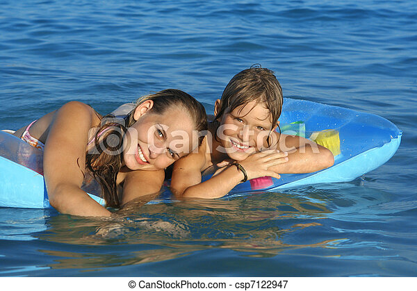 Glückliche junge Familie, Mama und Kind spielen auf See - csp7122947