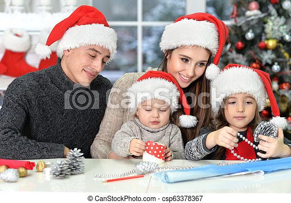 famille, chapeaux, préparer, santa, noël, heureux - csp63378367
