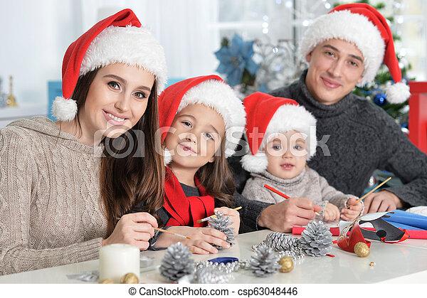 famille, chapeaux, préparer, santa, noël, heureux - csp63048446