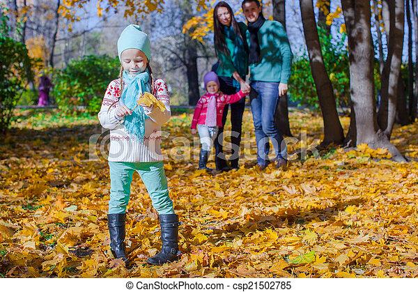 famille, ensoleillé, parc, automne, jour chaud - csp21502785