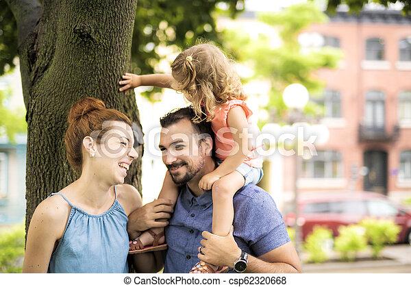 famille, parc, ensoleillé, portrait, jour, heureux - csp62320668
