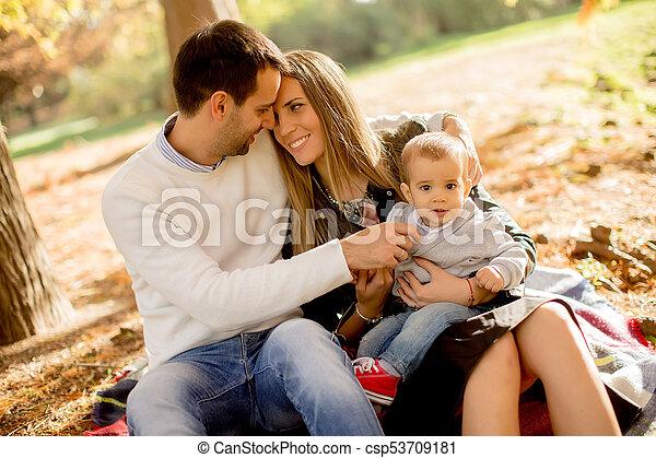 famille, séance, parc, jeune, automne, terrestre - csp53709181