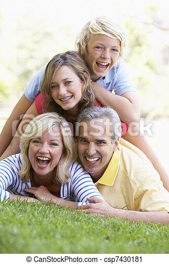 famille, sommet, parc, autre, chaque, mensonge - csp7430181