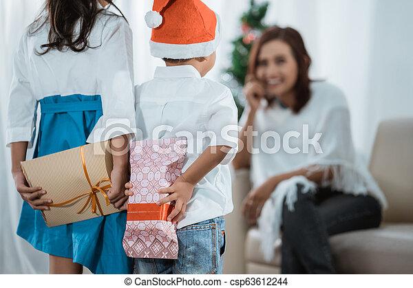 Family Christmas Gift Giving.Family Gift Exchange During Christmas