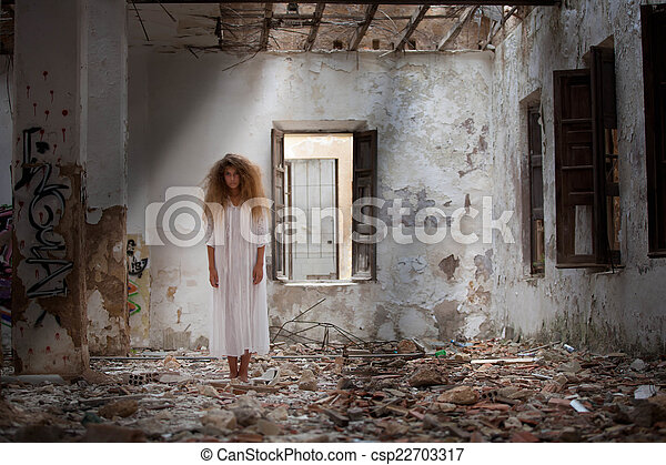 fantasma, casa, mujer, abandonado - csp22703317