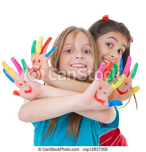 Kinder spielen mit Farbe - csp12837359