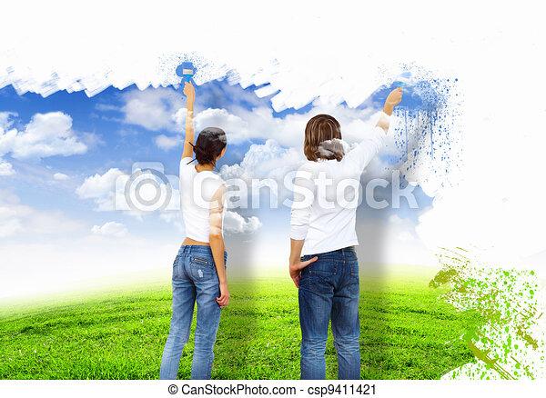 Ein junges Paar mit Farbbürsten zusammen - csp9411421