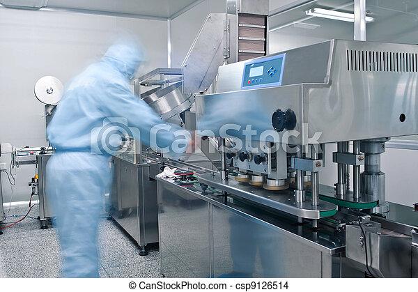 Técnicos trabajando en la línea de producción farmacéutica - csp9126514