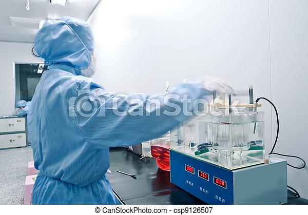 Técnicos trabajando en la línea de producción farmacéutica - csp9126507