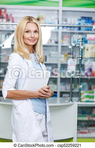 Farmacéutico con tableta digital - csp52259221