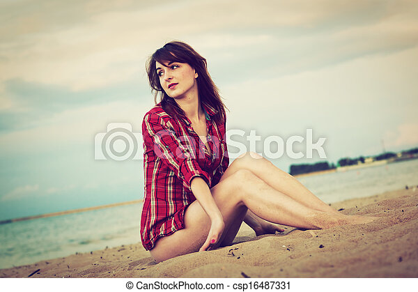 Fashionable young woman relaxing on the beach - csp16487331