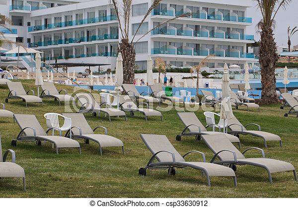 faulenzer, sonne, rasen, schöne , hotel - csp33630912