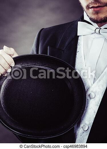 Imagen de un hombre vestido de negro
