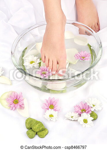 Feet in aromatherapy bowl - csp8466797