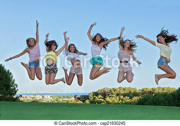 Grupo de felices adolescentes saltando, - csp21630245