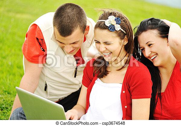 Gente feliz afuera - csp3674548
