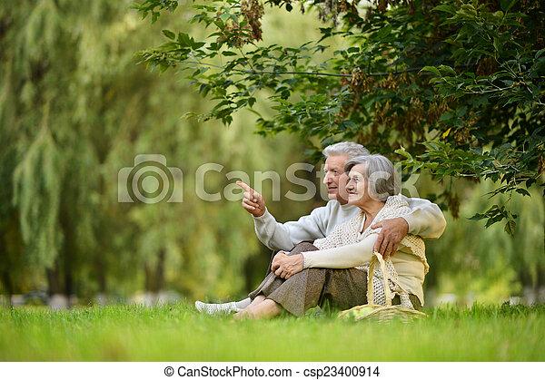 feliz, ancianos - csp23400914