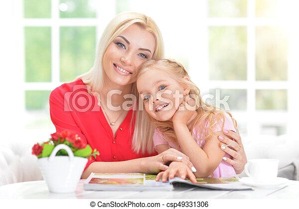 Feliz madre joven con su hija - csp49331306