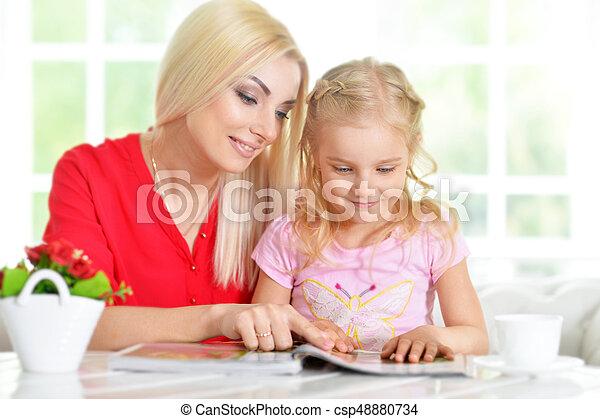 Feliz madre joven con su hija - csp48880734