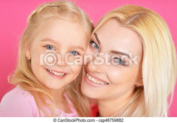 Feliz madre joven con su hija - csp48759882