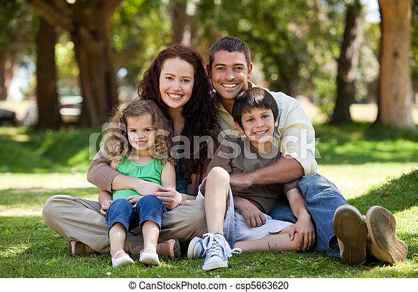 feliz, jardim, família, sentando - csp5663620