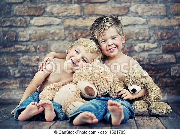 Dos hermanos felices jugando a los juguetes - csp11521705