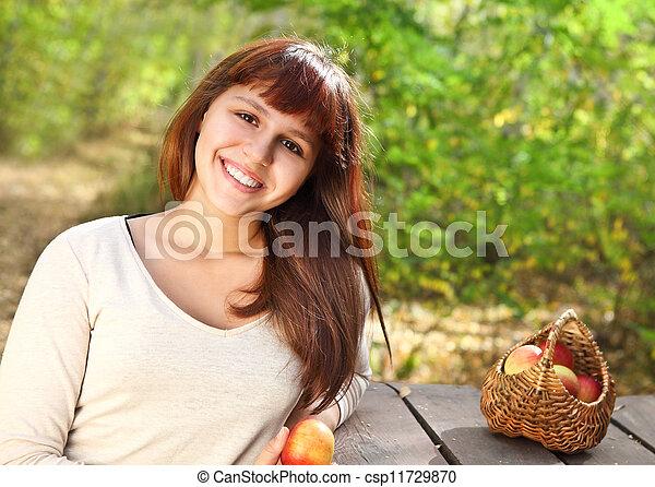 Una joven feliz y sonriente - csp11729870